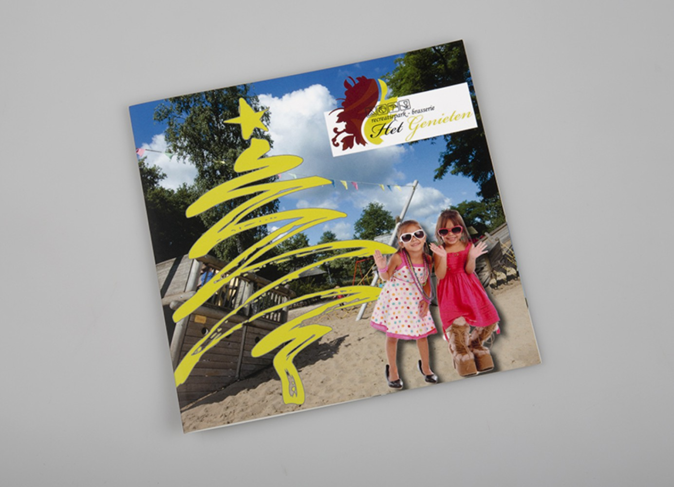 De brochure werd naar gasten verstuurd met een kerstkaart in dezelfde stijl als de brochure.