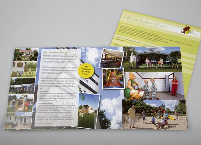 De vrolijke, speelse brochure van Recreatiepark-Brasserie Het Genieten in Kaatsheuvel.